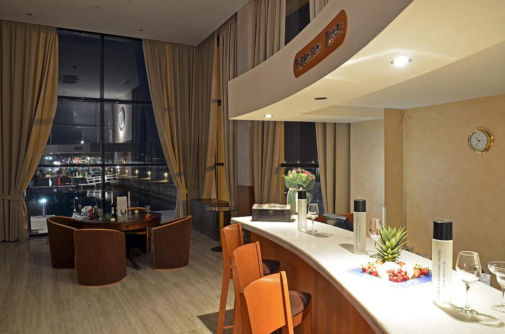 Το ξενοδοχείο διαθέτει εστιατόριο και μπαρ με τη μαγευτική θέα του  λιμανιού ee32e3e44dd