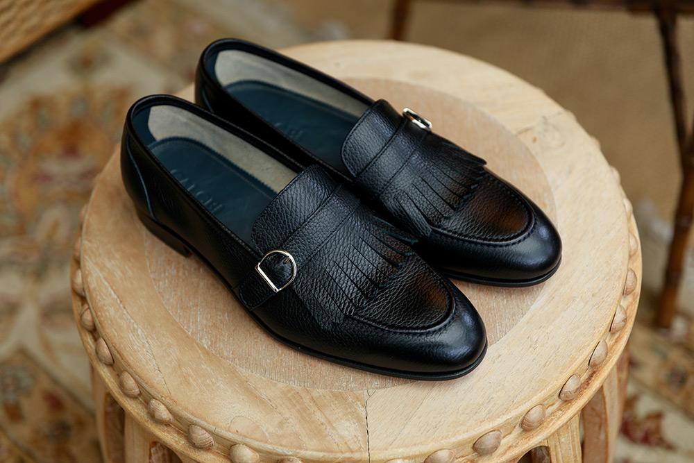 ... η καλύτερη επιλογή χρώματος για τα παπούτσια που θα συνδυάσουν το λευκό  σας outfit είναι το καφέ d4d75c43505