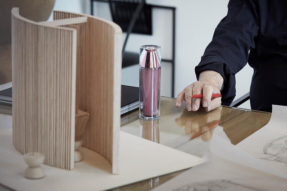 ... Platinum Rare Collection ο ελβετικός οίκος La Prairie ανέθεσε στον  γνωστό Ελβετό αρχιτέκτονα Mario Botta να δημιουργήσει ένα μοναδικό έργο  εμπνευσμένο ... d181b606477
