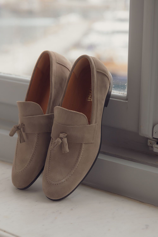 feafe2539dd Ποια παπούτσια ταιριάζουν με το στιλ αυτό; Μα φυσικά τα loafers, αλλά στην  καλοκαιρινή εκδοχή τους που τα θέλει καστόρινα, μαλακά και μπεζ.